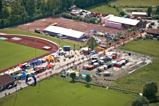 Blickwinkel aus dem SportScheck Helikopter während des Aufbaus des Festivalgeländes. Fotocredit: Tom Gonsior